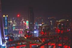 Bella vista aerea grandangolare di notte del distretto finanziario della nuova città di Canton Zhujiang, Guangdong, Cina con oriz Fotografia Stock