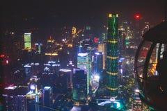 Bella vista aerea grandangolare di notte del distretto finanziario della nuova città di Canton Zhujiang, Guangdong, Cina con oriz Fotografie Stock
