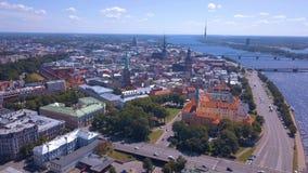 Bella vista aerea sopra la città di Riga con la vecchia città archivi video