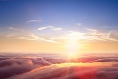 Bella vista aerea sopra le nuvole con il tramonto Fotografie Stock