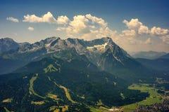 Bella vista al picco di più alta montagna Zugspitze e Alpspix con Garmisch Partenkirchen, Baviera, Germania Immagine Stock