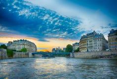 Bella vista al tramonto sullo iin Parigi della Senna Fotografia Stock