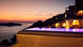 Bella vista all'aperto Santorini Grecia del mar Egeo di sera dello stagno Fotografia Stock Libera da Diritti