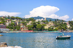 Bella vista alla città, al beachline ed alla nave giranti sull'acqua Immagine Stock