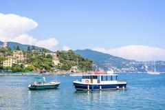 Bella vista alla città, al beachline ed alle navi giranti sull'acqua Fotografia Stock