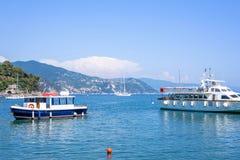 Bella vista alla città, al beachline ed alle navi giranti sull'acqua Fotografia Stock Libera da Diritti