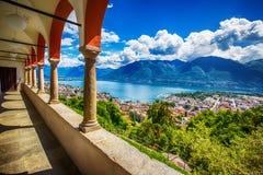 Bella vista alla città di Locarno, al lago Maggiore ed alle alpi svizzere da Madonna del Sasso Church nel Ticino, Svizzera Immagini Stock