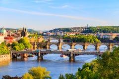 Bella vista alla Moldava ed ai ponti a Praga, repubblica Ceca Fotografie Stock Libere da Diritti