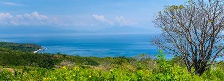 Bella vista alla st Agung Vulcano su Bali dall'isola di Nusa Penida Coperto parzialmente dalle nuvole l'indonesia Fotografie Stock