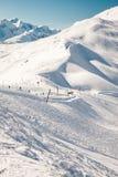 Bella vista alle alpi ed agli ski-lift svizzeri di inverno Immagine Stock Libera da Diritti