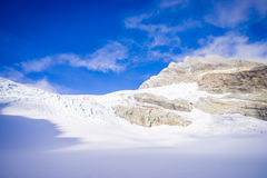 Bella vista alle montagne bianche coperte di neve nelle alpi del sud del sud del ` s di Westland, Nuova Zelanda Fotografia Stock Libera da Diritti