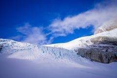 Bella vista alle montagne bianche coperte di neve nelle alpi del sud del sud del ` s di Westland, Nuova Zelanda Immagine Stock Libera da Diritti