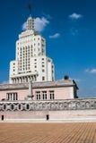 Bella vista alta della torre dal tetto di una costruzione vicina Fotografie Stock Libere da Diritti