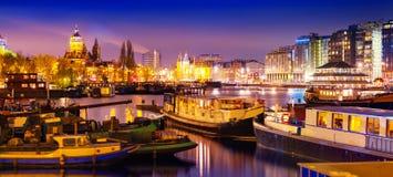 Bella vista calma di notte della città di Amsterdam immagini stock libere da diritti