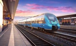 Bella vista con il treno ad alta velocità moderno Immagine Stock Libera da Diritti