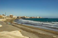 Bella vista costiera della spiaggia di EL Medano Chiaro cielo blu brillante sopra la linea di orizzonte, ondulazioni dell'onda su fotografie stock libere da diritti