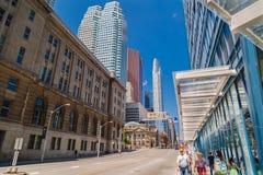 Bella vista d'invito del paesaggio della città di Toronto giù con la vecchia annata e le costruzioni moderne con la gente in prio Fotografia Stock Libera da Diritti