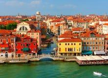 Bella vista da Grand Canal sulle facciate variopinte di vecchie case medievali a Venezia, Italia Fotografia Stock