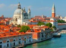 Bella vista da Grand Canal sulle facciate variopinte di vecchie case medievali a Venezia, Italia Immagini Stock Libere da Diritti