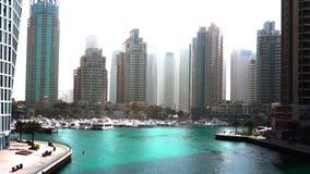 Bella vista da passeggiata sul porticciolo del Dubai, sugli yacht di galleggiamento e sulle barche archivi video