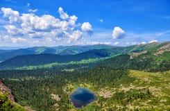 Bella vista da sopra sul lago e il taiga siberiano Fotografia Stock Libera da Diritti