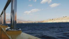 Bella vista dal battello da diporto Mare, montagne e cielo con le nuvole stock footage