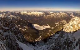 Bella vista dal picco di più alta montagna Zugspitze vicino a Garmisch Partenkirchen La Baviera, Germania Fotografie Stock Libere da Diritti