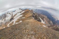 Bella vista dal picco superiore di Sairam, Tien Shan, il Kazakistan del sud fotografie stock