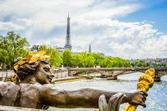 Bella vista dal ponte di Alessandro III con la scultura dorata sulla torre Eiffel e sulla Senna, Parigi, Francia immagini stock