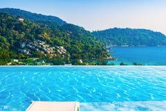 Bella vista dal tetto dell'hotel con una piscina Fotografia Stock Libera da Diritti