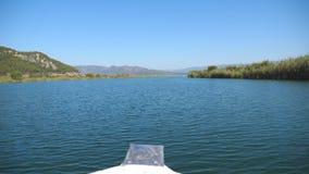 Bella vista dall'arco della nave commovente lungo la baia il giorno soleggiato Barca a vela che galleggia sul fiume con cielo blu archivi video