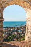 Bella vista dall'arco di Grottammare Fotografia Stock Libera da Diritti