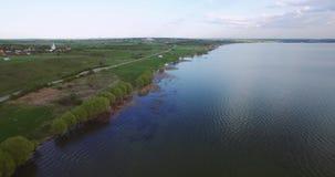Bella vista dall'aria sul litorale del lago La macchina fotografica si muove ad un'altitudine lungo lo shor archivi video