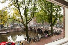 Bella vista dalla finestra della casa di Amsterdam Fotografia Stock Libera da Diritti