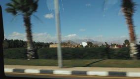 Bella vista dalla finestra di un'automobile commovente Paesaggio tropicale archivi video