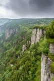 Bella vista dalle montagne alla valle verde con gli alberi e Immagini Stock Libere da Diritti