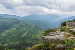 Bella vista dalle montagne alle rocce e dalla valle verde con Fotografia Stock Libera da Diritti