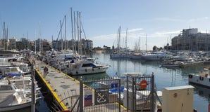 Bella vista degli yacht e dei pescherecci nel porticciolo dello Zea, Pireo, Atene - Grecia fotografia stock libera da diritti
