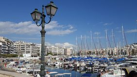 Bella vista degli yacht e dei pescherecci nel porticciolo dello Zea, Pireo, Atene - Grecia fotografie stock libere da diritti