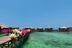 Bella vista dei bungalow del overwater nella località di soggiorno Immagini Stock