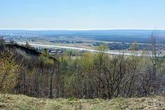 Bella vista dei campi, dei prati, del villaggio e del fiume Sviyaga Panorama del fiume famoso di Sviyaga da un livello fotografia stock libera da diritti