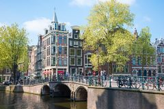 Bella vista dei canali di Amsterdam con il ponticello e le case olandesi tipiche Immagini Stock