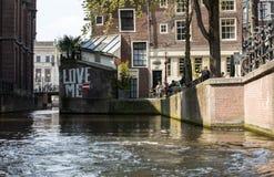 Bella vista dei canali di Amsterdam con il ponticello e le case olandesi tipiche netherlands fotografia stock