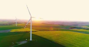 Bella vista dei generatori eolici e dei campi agricoli 4K stock footage