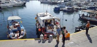 Bella vista dei pescherecci nel porticciolo dello Zea, Pireo, Atene - Grecia fotografie stock libere da diritti
