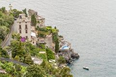 Bella vista dei terracings tipici della costa di Amalfi, campania, Italia fotografia stock libera da diritti