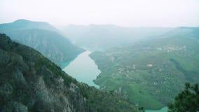 Bella vista del canyon con il fiume nell'ora legale archivi video