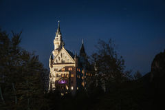 Bella vista del castello del Neuschwanstein nella notte Immagini Stock Libere da Diritti