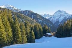 Bella vista del chalet di legno rustico tradizionale nelle dolomia italiane, Italia della montagna Fotografia Stock