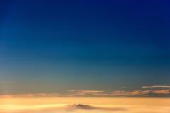 Bella vista del cielo e delle nuvole al tramonto Fotografia Stock Libera da Diritti